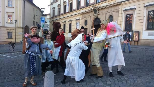 Na náměstí Svobody v Brně v úterý lidé již podesáté oslavili Fašank.