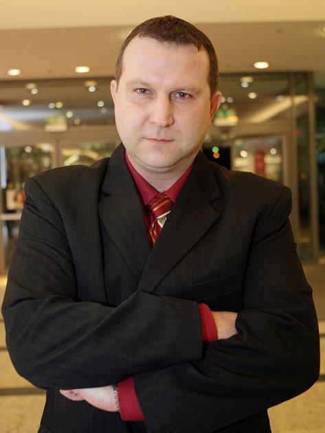 Radovanu Fendrychovi v době televizní krize vyhrožovali lidé z televize, že by se mohlo něco stát jeho šestileté dceři. Revolty proti Burianovi však dodnes nelituje.