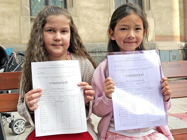 Školáci ze Základní školy Rašínova se chlubí vysvědčením.