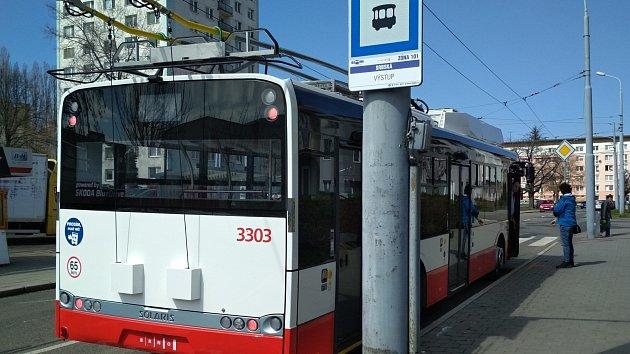 Nové trolejbusy ujedou bez trolejí desítky kilometrů. Baterie dobíjí při brzdění