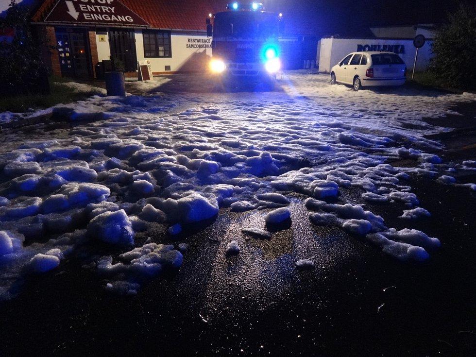 Dvě desítky zásahů absolvovali v noci na pátek v souvislosti přívalovým deštěm jihomoravští hasiči. Čistili kanálové vpusti, odčerpávali vodu ze zatopených sklepů, případně dalších prostor budov, a čistili komunikace od nánosů bahna.
