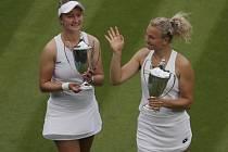 Babora Krejčíková vybojovala s Kateřinou Siniakovou před třemi lety na Wimbledonu deblový titul.