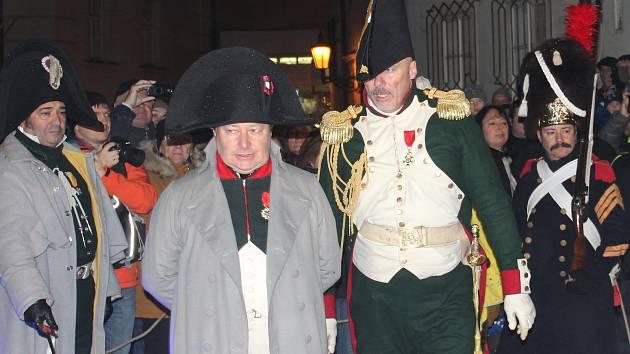Načerpat síly před bitvou u Slavkova přijel francouzský císař Napoleon Bonaparte i letos. Průvodem města jej doprovázely stovky lidí.
