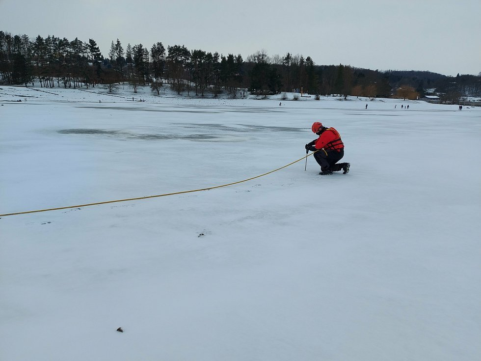 Podle posledního měření strážníků nemá tloušťka ledu na Brněnské přehradě v lokalitě přístaviště víc než pět centimetrů.