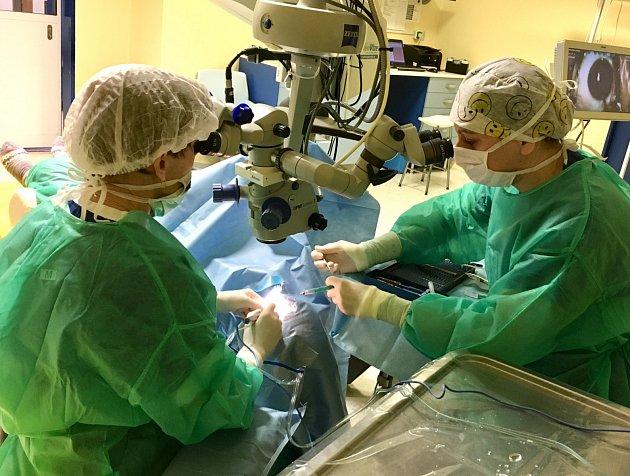 - Během operace šedého zákalu se dá odstranit nejen šedý zákal, ale idioptrie a astigmatismus.