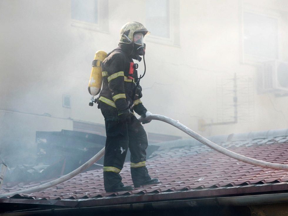 Požár skladu v Horních Heršpicích za čerpací stanicí Benzina. Začal hořet v ranních hodinách.