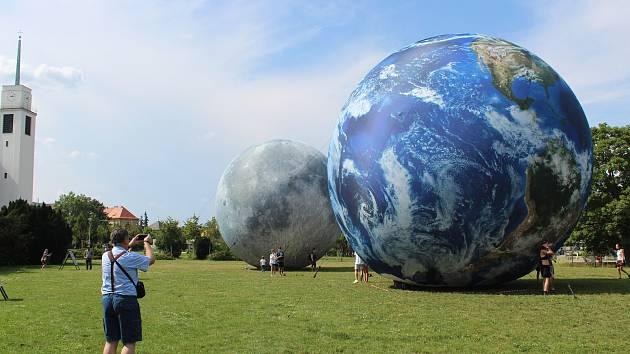 Dělí je stovky kilometrů, v Brně jsou vedle sebe. Lidé už obdivují Měsíc a Zemi
