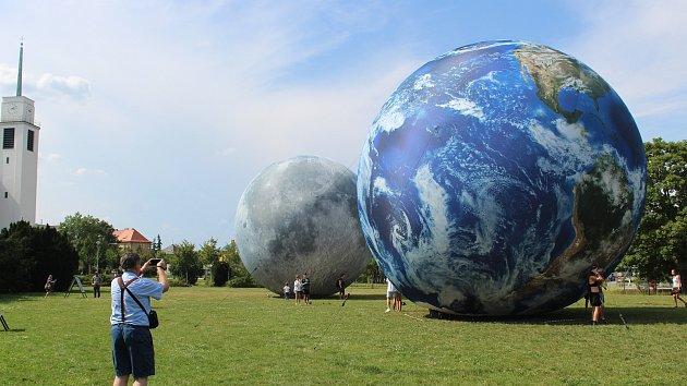 Nafukovací Země a Měsíc na Kraví hoře