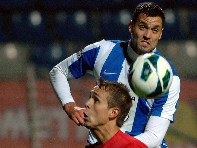 Lukáš Magera z FK Mladá Boleslav (nahoře) v souboji s Luďkem Pernicou ze Zbrojovky Brno.