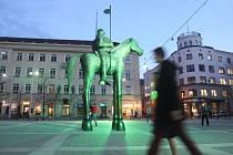 Na Zelený čtvrtek po setmění socha markraběte Jošta na Moravském náměstí dostala nazelenalou barvu.
