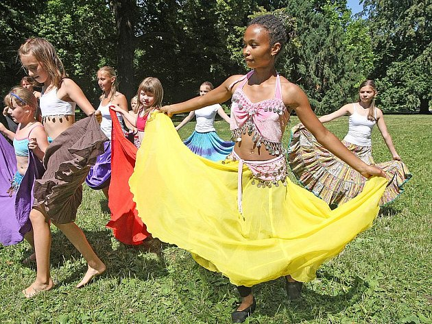 Vlnění boků v rytmu orientální nebo romské hudby, cinkot penízků na barevných šátcích nebo rytmické podupávání nohou. To vše nabízí dívkám ve věku od devíti do osmnácti let příměstský tábor orientálního tance.