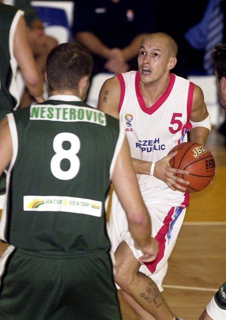 Jan Pavlík zČR (vpravo) a Radoslav Nesterovič ze Slovinska vutkání kvalifikace opostup na mistrovství Evropy basketbalistů, které se hrálo 15.září 2004vProstějově.