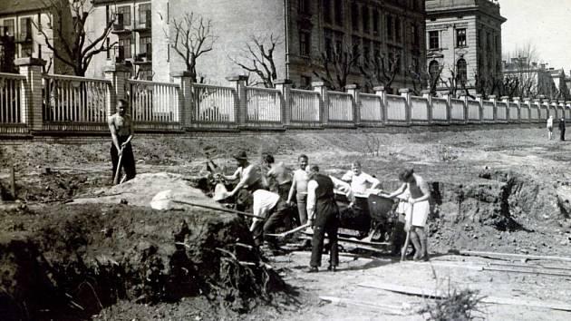 Stavební úpravy před stavbou letního cvičiště v roce 1922.