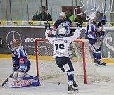 Hokejisté Komety Brno (v modrém) podlehli vedoucí Plzni 4:5 po samostatných nájezdech.