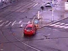 Nebezpečné kličkování červené fabie brněnskými ulicemi. V křižovatce Cejlu a Vranovské ulice málem narazil do značky.