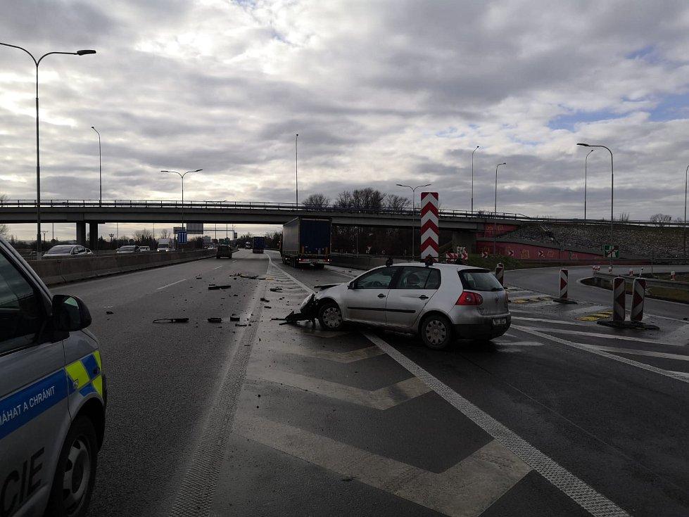 Srážka osobního auta s kamionem na nájezdu na dálnici D2 výrazně zkomplikovala dálniční provoz v okolí Brna.
