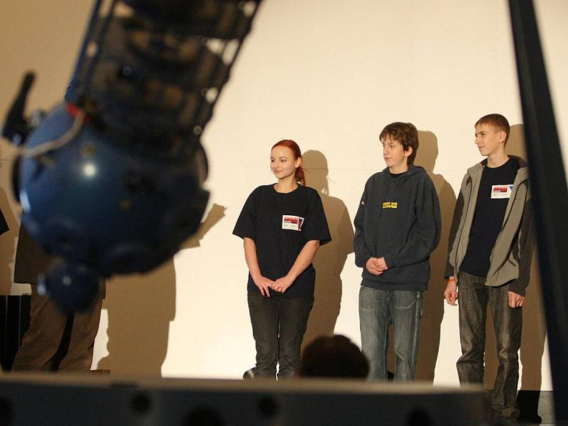 """Předání """"letenek na Mars"""" dětem, které úspěšně prošly konkurzem Expedice Mars 2009."""