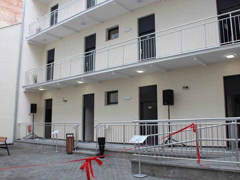Nové byty v Bratislavské ulici nabízí lidem firma RC Reinvest. Projekt společnosti trval tři roky. Stavitelé domy odkoupili od soukromých vlastníků a přistavěli dvě patra, výtahy a také parkovací místa.