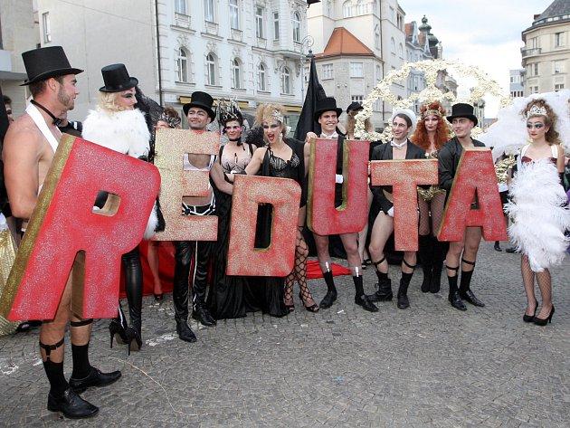 Stovky lidí v maskách zaplnily centrum Brna. K souborům brněnských divadel, která zakončila týdenní festival Divadelní svět, se přidalo i mnoho dalších nadšenců.