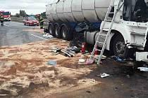 Dva lidé se zranili při střetu dvou nákladních vozů v úterý před polednem na šestém kilometru dálnici D2 mezi Lanžhotem a Brnem.