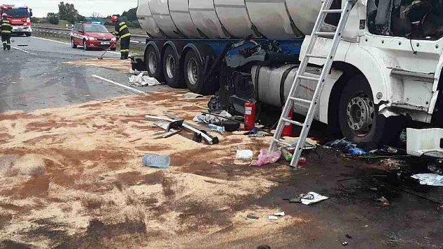 Nehoda dvou nákladních aut na dálnici D2