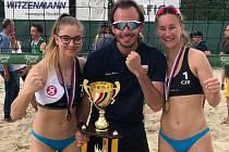 Naděje brněnského beachvolejbalového klubu Eliška Tezzele (na snímku vlevo) a Markéta Svozilová získaly o víkendu zlato na mistrovství republiky do osmnácti let.