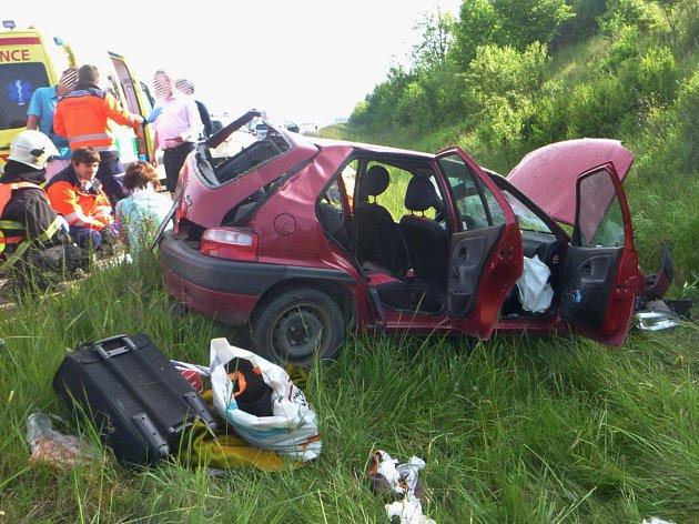 Krátce před osmou hodinou ráno havaroval na 14. kilometru dálnice D52 nedaleko Sobotovic řidič auta. Podle policejní mluvčí Andrey Strakové cestoval český řidič s rodinou ze zahraničí a dostal mikrospánek, kdy z dálnice sjel na travnatou mez.