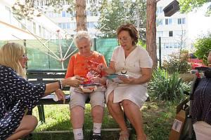 Pečovatelky z jihočeského Tábora poslaly pomoc paní Marii z Hrušek. Její dům poničilo nedávné tornádo.