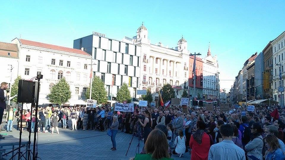 Další protesty proti prezidentu Miloši Zemanovi a ministru financí Andreji Babišovi. V Brně se sešli lidé na náměstí Svobody na demonstraci Proč? Proto!