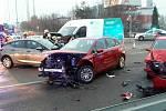 V Bělohorské ulici v brněnských Židenicích bouralo sedm aut.