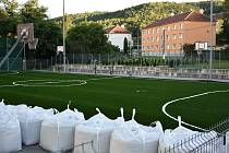 Na hřišti v adamovské ulici Petra Jilemnického položili nový koberec. Je šetrnější ke kloubům sportovců.