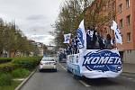 Mistrovské oslavy v Brně. Hokejisté Komety přijeli mezi fanoušky na zaplněný Zelný trh v otevřeném autobuse.