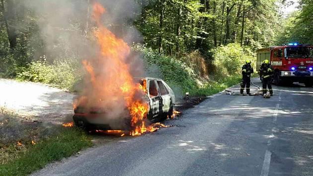Na silnici spojující Ochoz u Brna a brněnskou Líšeň hořelo v úterý osobní auto.