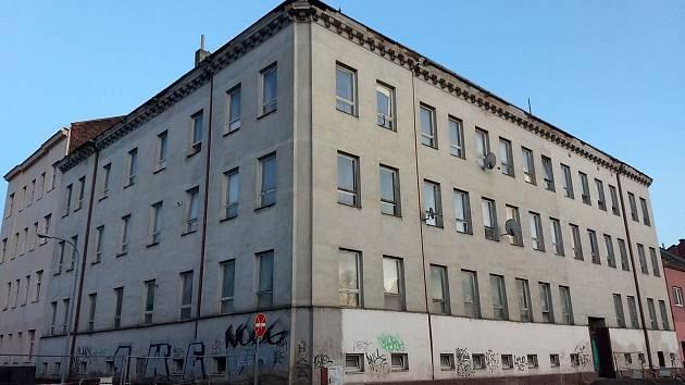 Z obecních bytů v domě v Plotní ulici 39 se museli vystěhovat nájemníci. Dům překáží plánované stavbě tramvajové linky přes Plotní ulici do Komárova. O jeho dalším osudu rozhodnou brněnští radní v lednu.