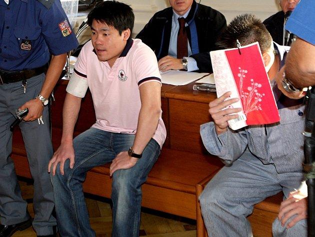 Le Xuan Tuan a Vu Van Viet v roce 2012 před Krajským soudem v Brně..