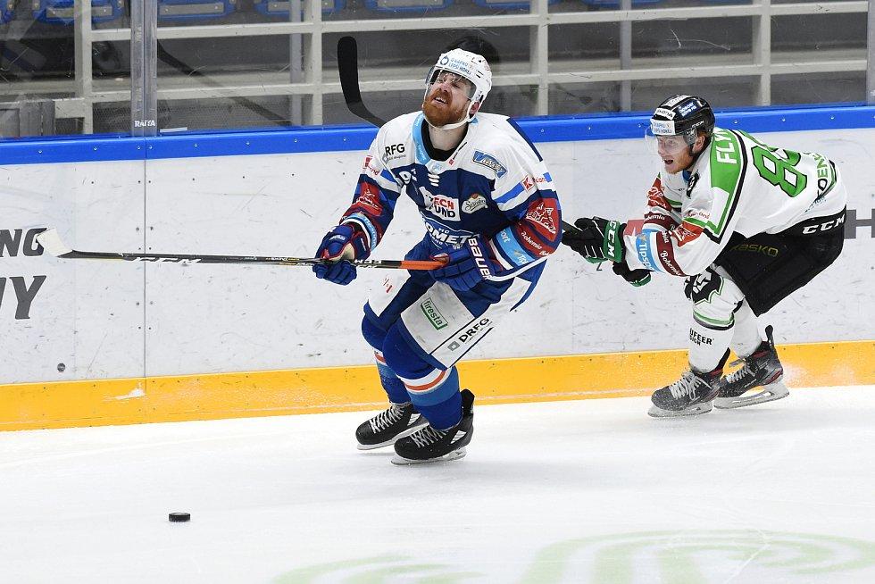 Brno 5.2.2021 - domácí HC Kometa Brno (Rhett Holland modrá) proti BK Mladá Boleslav (Oscar Flynn)