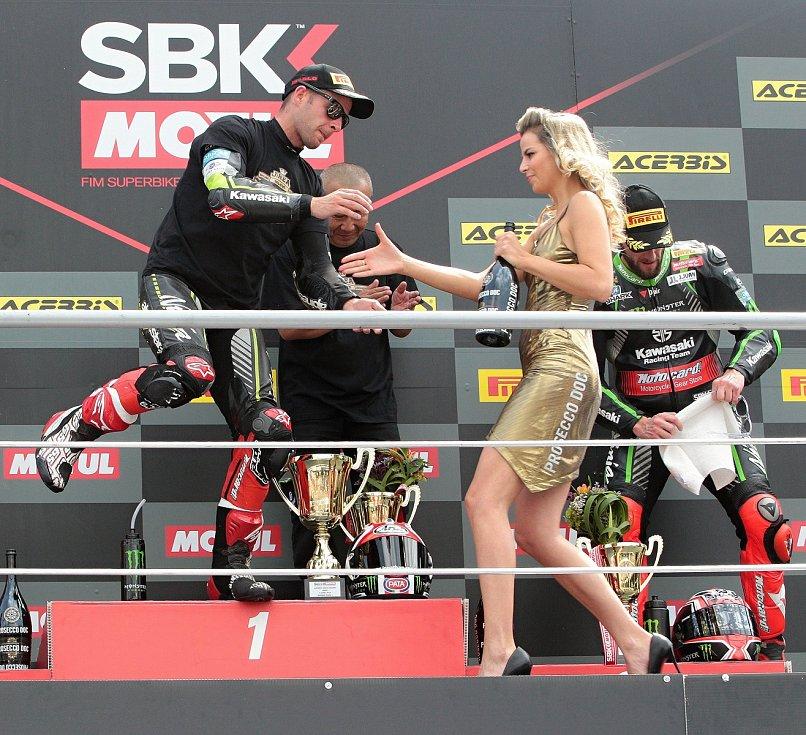 První superbikový závod startoval natřikrát. Ovládl ho suverénní jubilant Rea (na snímku).