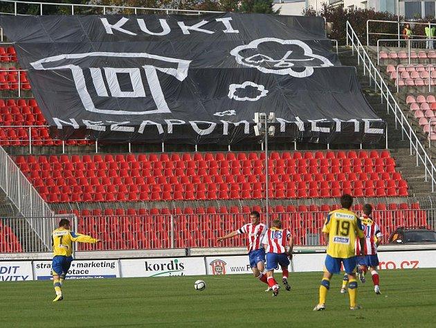 Před začátkem zápasu Zbrojovky se Zlínem uctila zaplněná Srbská minutou ticha památku ve středu zesnulého bývalého vynikajícího brněnského fotbalisty Romana Kuklety.