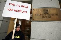 Představitelé fóra Věda žije! demonstrovali před rektorátem Masarykovy univerzity.