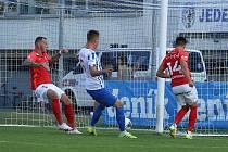 Brněnští fotbalisté (v červeném) zaváhali ve třetím kole FORTUNA:NÁRODNÍ LIGY na hřišti Prostějova.