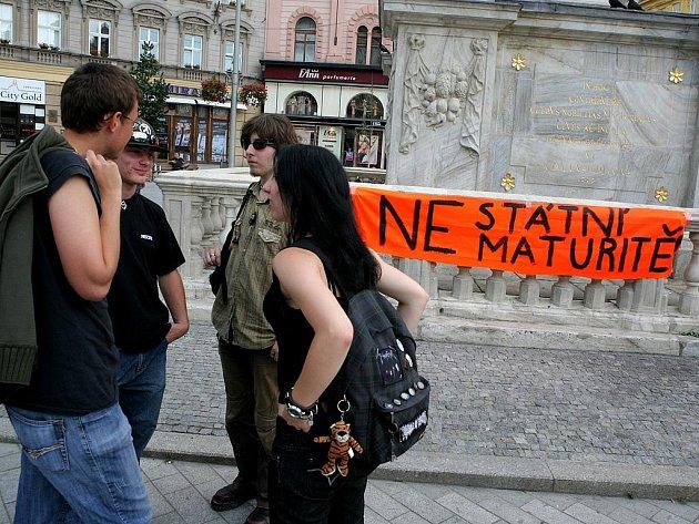 Studenti svolali protest proti maturitám.