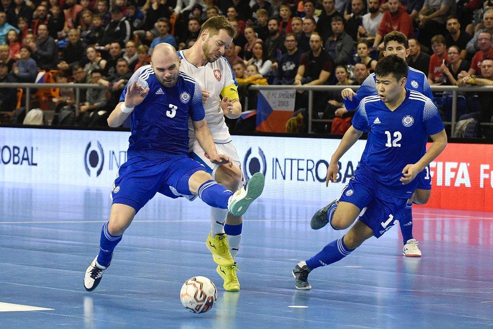 Brno 5.2.2020 - kvalifikační turnaj na futsalové MS 2020 - ČR Michal Seidler (bílá) Kazachstán 3 Taynan a 12 Dauren Tursagulov (modrá)