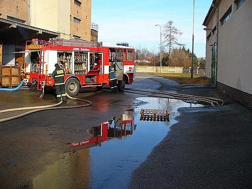 Popraskané potrubí trápí hasiče. V pondělí zasahovali v Židlochovicích.