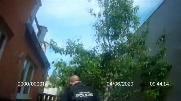 Žena upadla a nemohla vstát, v bytě unikal plyn. Strážníci museli přelézt zeď