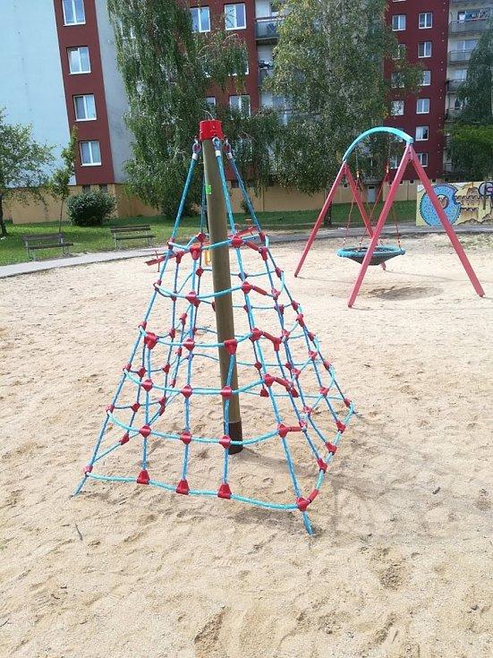 Dětské hřiště za domem Velkopavlovická 9 na brněnském sídlišti Vinohrady je otevřené.
