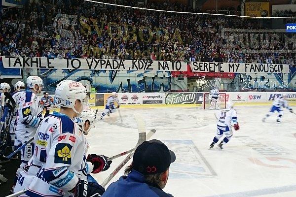 Druhá část vzkazu fanoušků týmu brněnské Komety. Prvních pět minut zápasu byl kotel ticho.