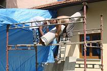 S koncem školního roku nastoupili do brněnských školek a škol místo dětí dělníci. Na opravy a další práce mají většinou jen dva měsíce letních prázdnin. Nové patro například vzniká v černovické školce ve Štolcově ulici.