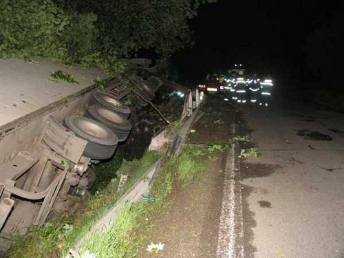 V převráceném kamionu u Domašova zahynul řidič