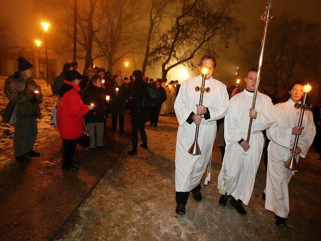 Svíce, lampiony či louče. Takovou výbavu potřebovali lidé, kteří se vydali s brněnským biskupem na Průvod světla z Denisových sadů na Petrov.
