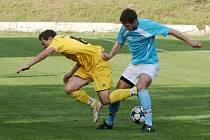 Fotbalisté Rajhradu (modrý dres)..